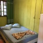quarto com cama de casal e banheiro